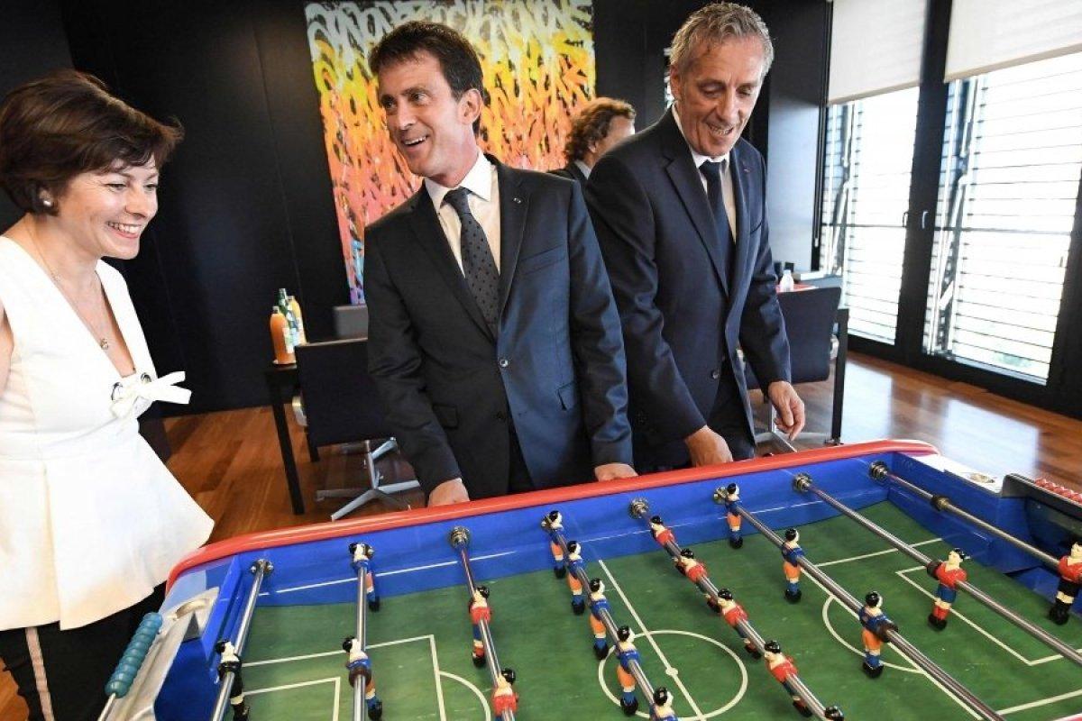Notre Ministre ainsi que le Maire de Montpellier jouant sur un baby foot B90 Bonzini dessiné par BMV